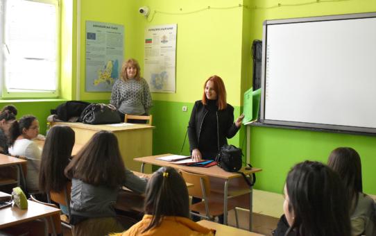 Ученици от Старопрестолна гимназия по икономика научиха спецификите на професиите съдебен деловодител и секретар